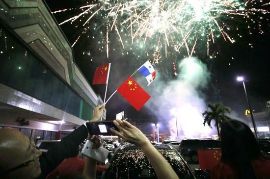 资料图片:2017年6月12日,在巴拿马首都巴拿马城的华人社区,人们在巴拿马与中国建交的庆祝活动上拍摄烟花。新华社发