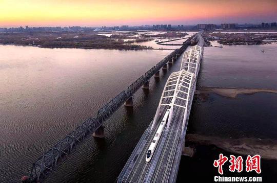 图为松花江特大桥。(段继新摄)