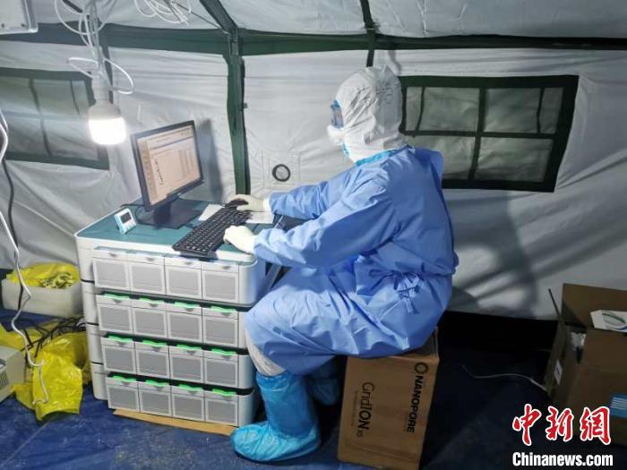 图为博奥生物集团旗下博奥晶典医学服务部牛鹏飞作为驰援武汉的技术检验团队成员之一,在火神山医院中工作。 博奥生物集团供图 摄