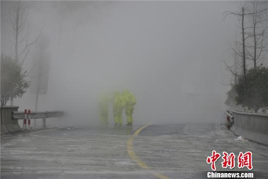 图为:消防员穿上防化服进入事故现场。 宋雄伟 摄