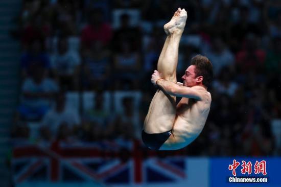 资料图:2017国际泳联世锦赛跳水男子10米台决赛在布达佩斯举行,英国名将戴利以590.95分夺得冠军。中新社记者 富田 摄