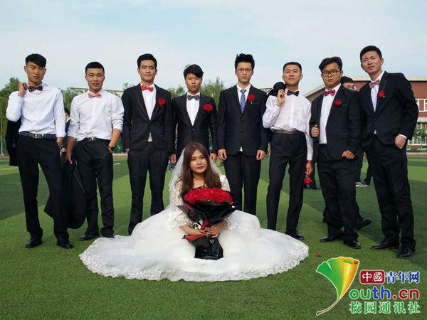 """别人家同学!大学生为班级唯一女生拍""""婚礼""""毕业照"""