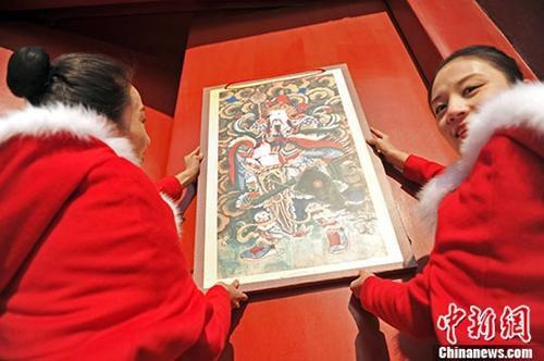资料图:沈阳故宫挂门神迎小年。 孙昊声 摄