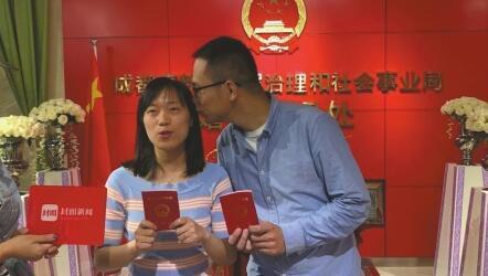 """樊玲玲和陈宸成为""""5·20""""高新区婚姻登记处第一对领证的新人。"""