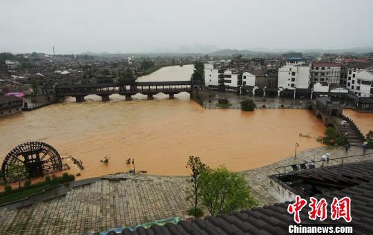 7月7日,因持续暴雨,江西省抚州市黎川县大小河流暴涨,该县主河道黎滩河水位接近历史最高水位。 吴维纲 摄