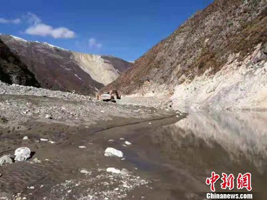 第1台挖掘机已顺利到达金沙江堰塞湖下游3公里处江心河床。 钟欣 摄