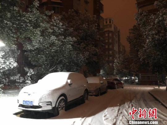 至凌晨4时,南京主城区路面上的积雪厚度已接近脚踝。 朱晓颖 摄