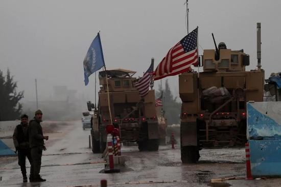 ▲2018年12月30日,叙利亚曼比季,美国军用车辆在曼比季街头行驶。