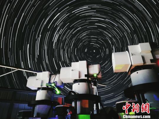 """延时摄影下的阿里地面站望远镜,用于与""""墨子号""""进行量子通信。 中科大/供图 摄"""