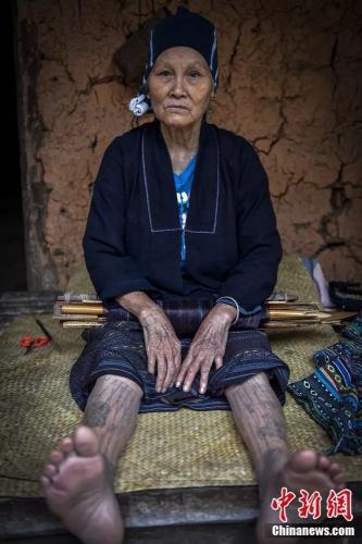 绣面文身是从前黎族女子的人生礼仪大事,充满庄重神秘的色彩。骆云飞 摄