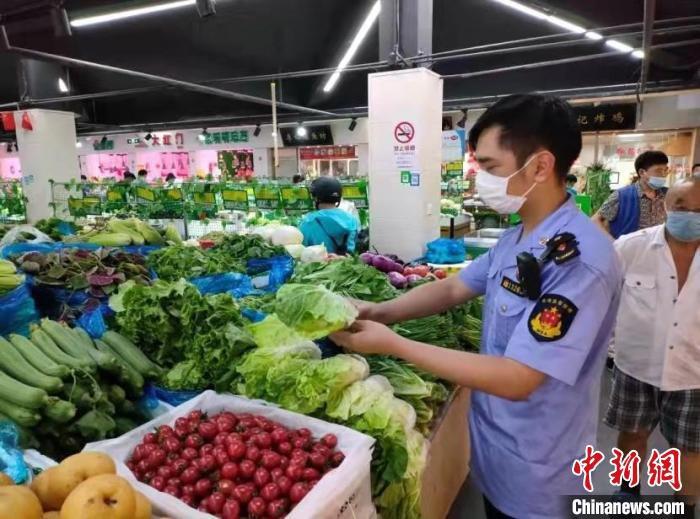宝山区市场监管局查处沙某销售不合格食用农产品案。 上海市场监管局 摄