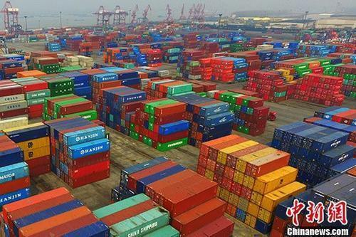 资料图:港口摆放着的进出口集装箱。<a target='_blank'  data-cke-saved-href='http://www.chinanews.com/' href='http://www.chinanews.com/'><p  align=