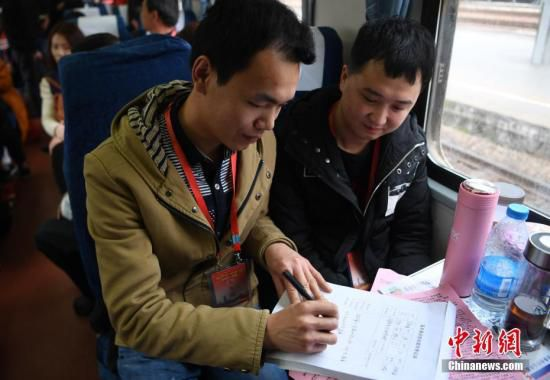 有意向返乡创业的务工人员正在填写就业信息。 韩苏原 摄