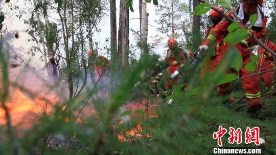 图为:森林部队官兵正在进行扑火 解培华 摄