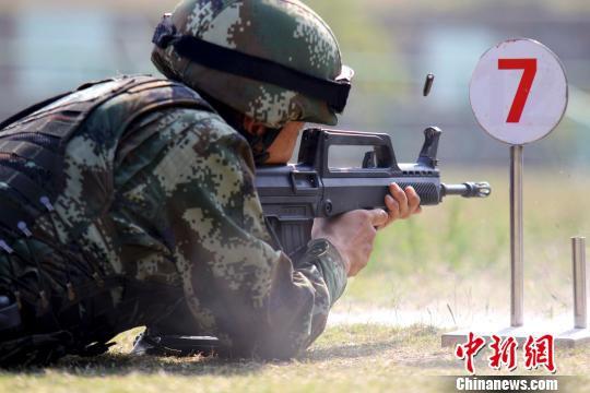 特战队员正在进行步枪实弹射击。 肖永强 摄