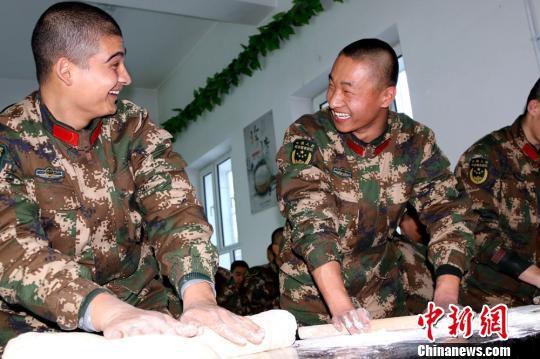 """2月13日,新兵们正在和面,为新年""""囤货""""。 王友波 摄"""