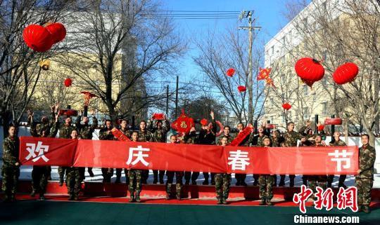 2月14日,驻守在祖国西北边陲的边防官兵以特有的方式,祝福全国人民新春快乐! 王友波 摄