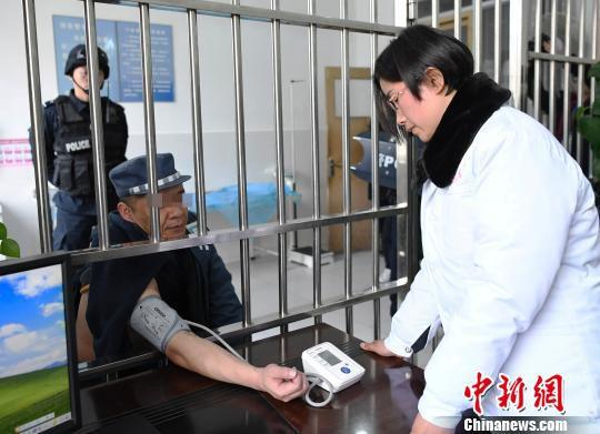 服刑人员郭某进行入监体检。 安源 摄