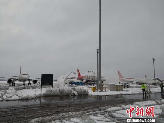8日,南京禄口国际机场内紧张进行着扫雪除冰工作。 孙柱 摄