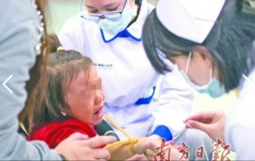 这段时间,医院儿科人满为患的情况越演越烈,医护人员忙到深夜仍有很多患儿待诊。图为广州一医院儿科诊室的护士给患儿打针。 南方日报记者 张梓望 摄
