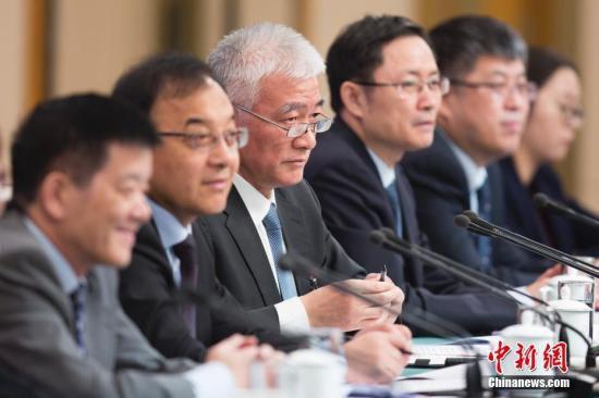 """3月11日,科技部部长王志刚(左三)等就""""加快建设创新型国家""""答记者问。中新社记者 王骏 摄"""
