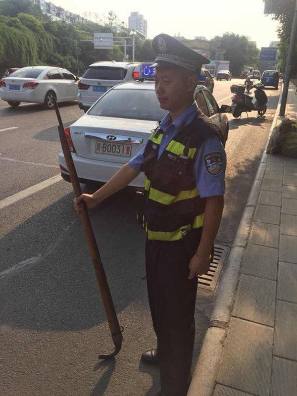 北京pk10开奖官网:拿一米多长的火药枪当扁担_绵阳老大爷乘公交吓坏一车人
