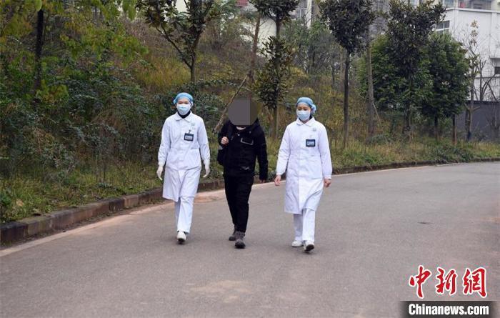 杨某在医护人员的陪同下走出隔离区。 刘永红 摄