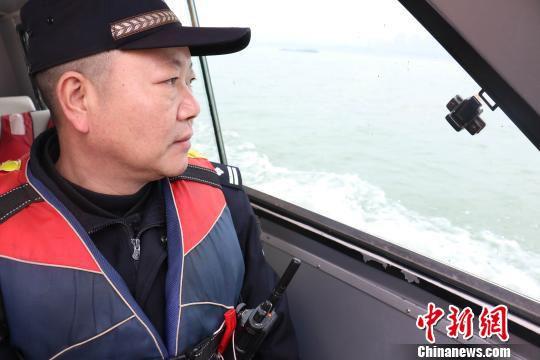 2月4日下午,邵祥宗正在水上巡逻。 张斌 摄