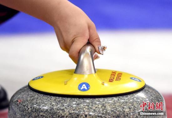 3月23日,2017年女子冰壶世锦赛继续在北京进行,图为中国队选手王芮在比赛中的手部特写。中新社记者 侯宇 摄