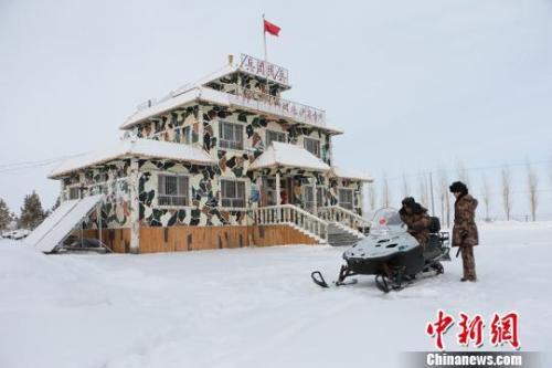 夫妻俩骑着雪地摩托车出发巡逻。 郝胜忠 摄