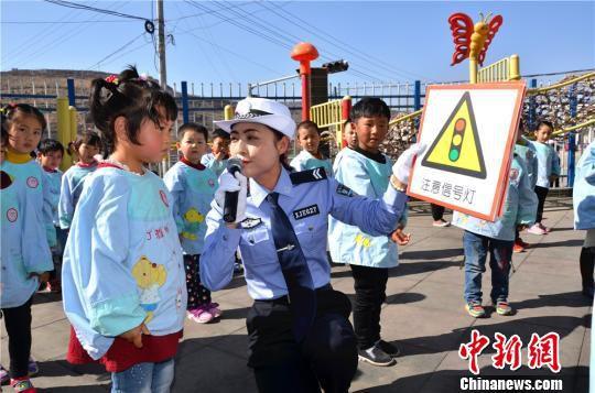 图为交警向孩子们普及基本交通安全标志。 刘冀远 摄