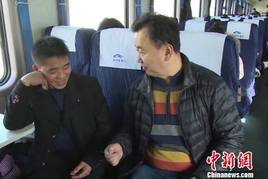 图为叶陵在列车上调节矛盾。(资料图) 杨皓然 摄