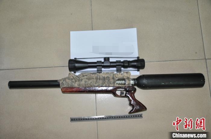 警方缴获的枪支 李昊珉 摄