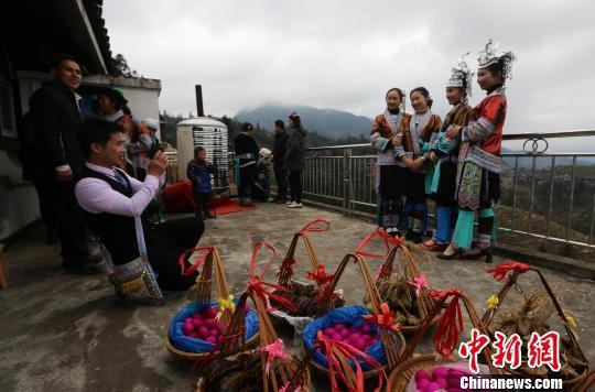 每年农历正月初二,外出务工的苗族男女青年趁着回家过年团圆的时机,选择良辰吉日按照苗族传统风俗举办盛大的婚礼。 石峰 摄