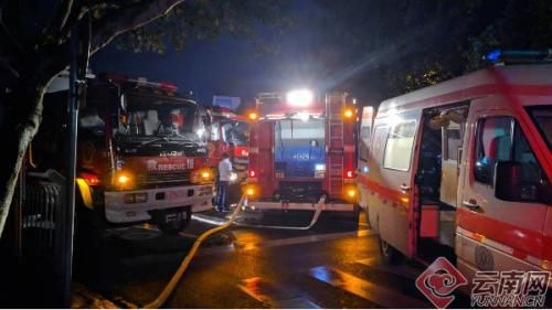 多辆消防车和急救车已到达现场。云南网供图