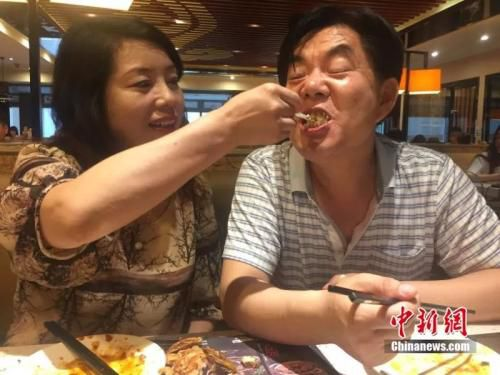 病前母亲给父亲喂蛋糕 李亚龙 摄