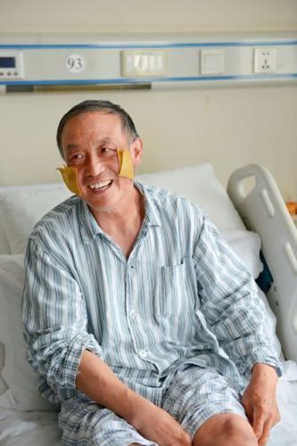 5月25日,夏伯渝第五次攀登珠峰后回到北京接受治疗,在病床上跟前来采访的记者们打招呼。摄影/中国新闻周刊记者 董洁旭