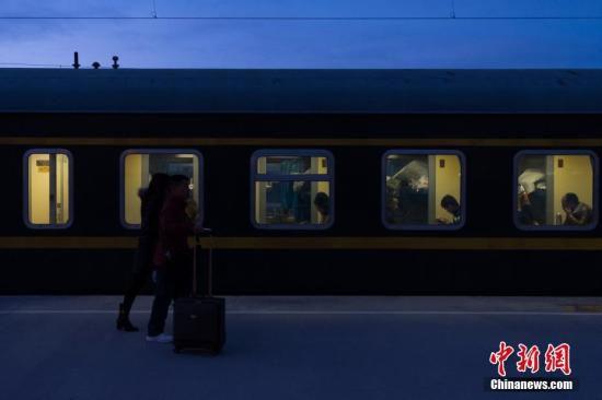 """2月13日清晨,从格尔木站上车返乡的旅客。历经21小时,1956公里的跋山涉水,由铁路拉萨站开往成都的Z324次列车,13日15时19分抵达西宁站,完成雪域""""天路""""——青藏铁路段的行驶,八百余名旅客顺利完成春运""""大迁徙""""。青藏铁路被誉为""""天路"""",起于青海省西宁市,途经格尔木市、昆仑山口,翻越唐古拉山口,最终抵达拉萨。是世界海拔最高、在冻土上路程最长的高原铁路。 <a target='_blank' href='http://www.chinanews.com/'>中新社</a>记者 何蓬磊 摄"""