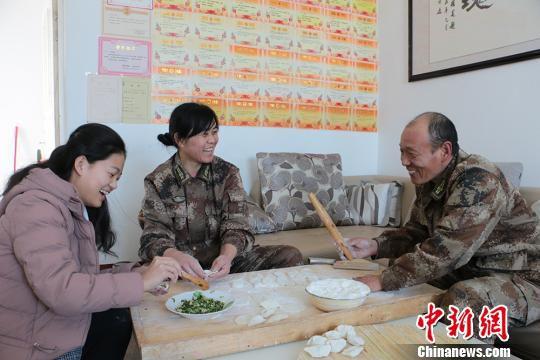 一家人其乐融融包饺子过大年。 郝胜忠 摄