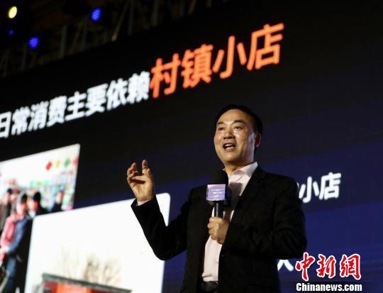 """五星控股集团董事长汪建国在南京描绘未来""""互联网+农村""""场景。 泱波 摄"""