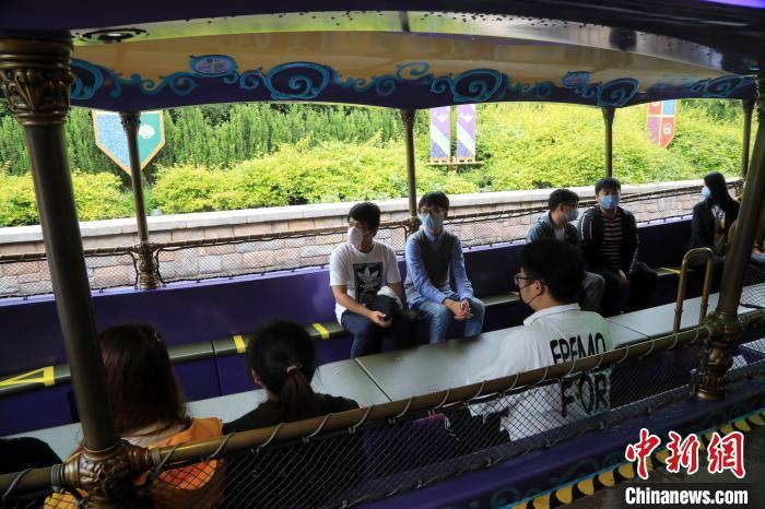 在上海迪士尼乐园游乐设施上,非同行游客之间将留出一个空位,以进一步保持安全距离。 汤彦俊 摄