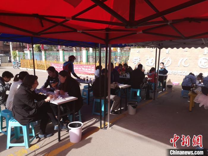 图为幼儿园开设的早点摊很受市民欢迎。 张林虎 摄