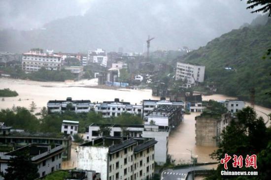 老北川地震遗址区洪水漫过公路,道路中断。北川宣传部供图