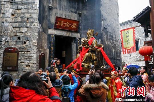 财神雕像受到大家的热捧。 刘路文 摄