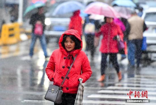 11月1日,新疆乌鲁木齐市街头,穿着厚厚冬衣的民众脚步匆匆。10月31日16时27分,乌鲁木齐市气象台发布了入秋后首个寒潮预警:预计未来48小时内,该市各区最低气温将下降8摄氏度以上,大部区域伴有雨雪和5级西北阵风,城区2至3日最低气温零下7℃左右,建议防范。<a target='_blank' href='http://www.chinanews.com/'>中新社</a>记者 刘新 摄