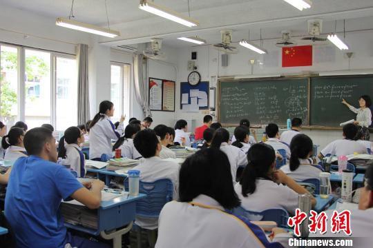 资料图:图为山东高三学生备战高考。 赵晓 摄