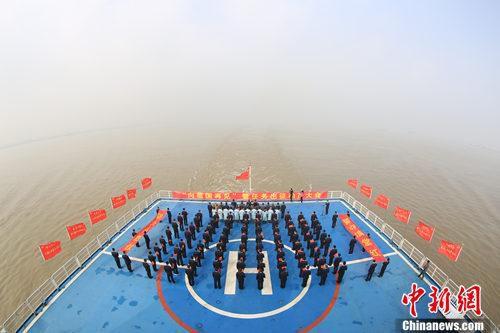 """""""向祖国再见""""暨任务出征动员大会在后甲板举行。韩帅 摄"""