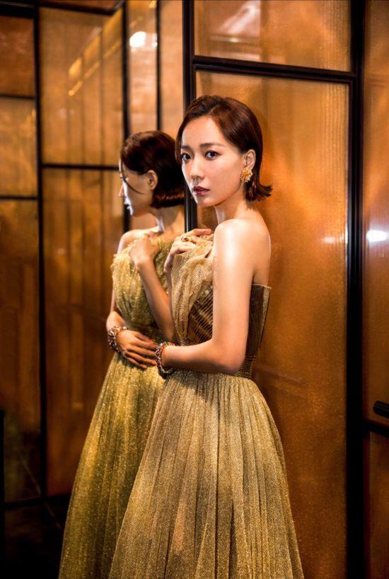 王珞丹金色長裙優雅亮相?復古造型盡顯高級質感