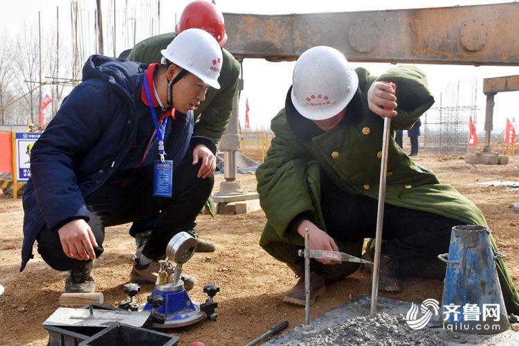 徐鸣正在与试验人员一起进行混凝土的含气量和坍落度的测试(记者 董光强 摄).JPG