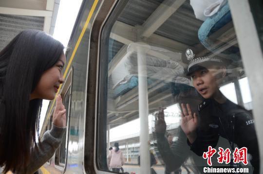 赵云鹏依依不舍地与妻子挥手道别。 孟祥龙 摄